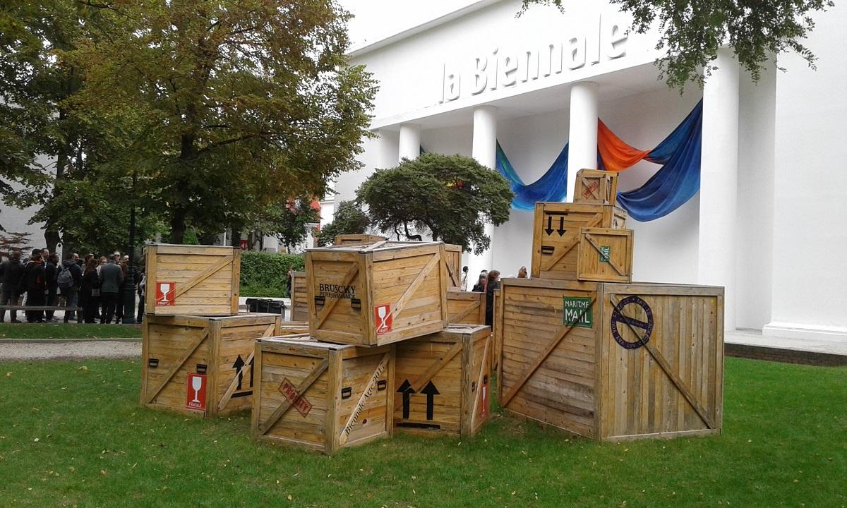 Ingresso-della-57a-Biennale-di-Venezia-con-drappi-di-Sam-Gilliam