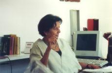 OR_carla in galleria nel suo studio con un'opera di Nanni Valentini
