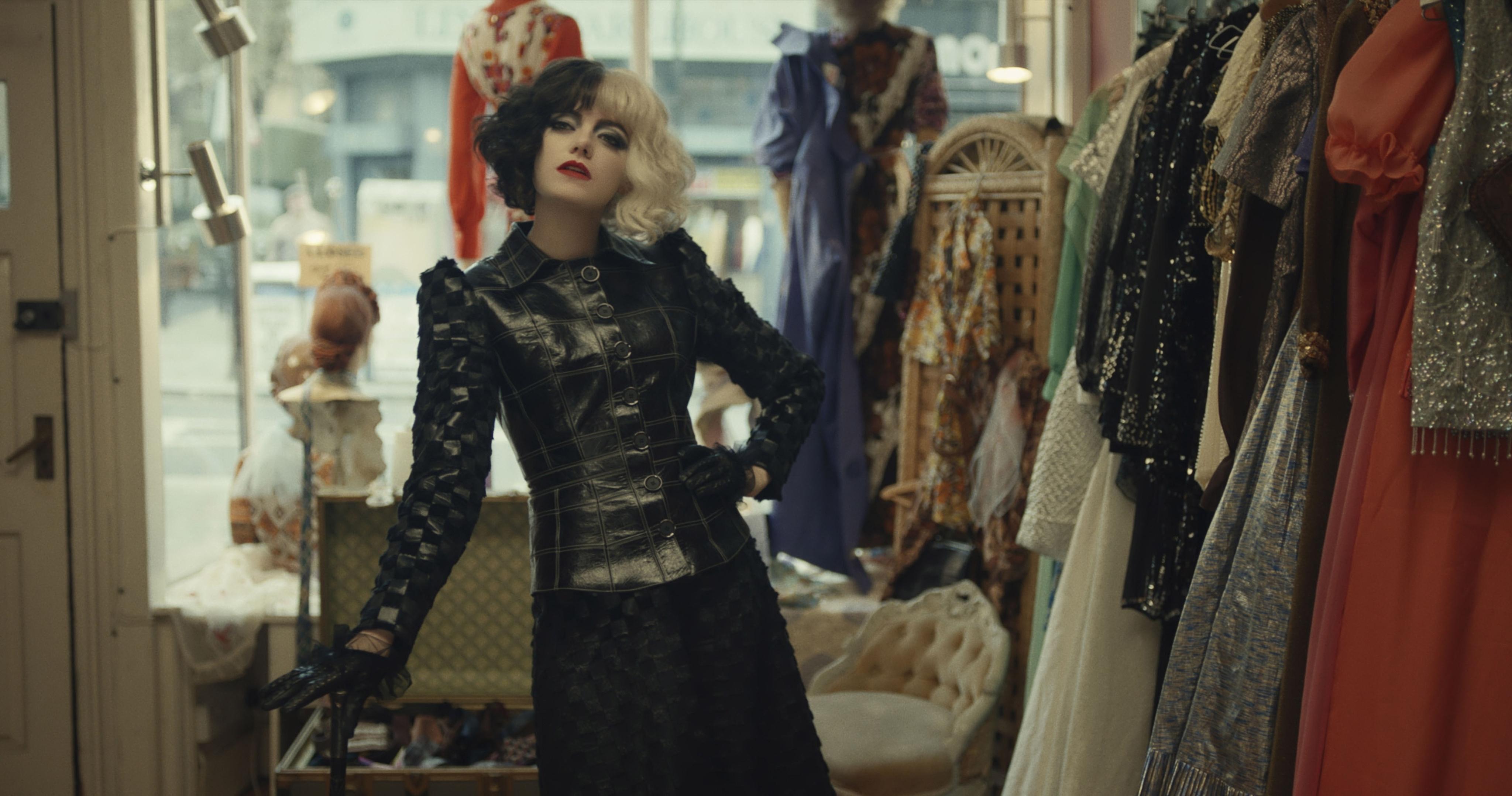 Emma Stone è Crudelia De Mon nel film Cruella