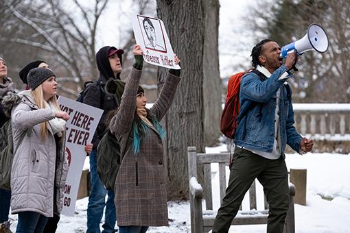 Studenti in protesta nella serie tv The Chair La direttrice