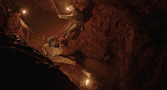 speleologi in una grotta. Scena del film di Michelangelo Frammartino